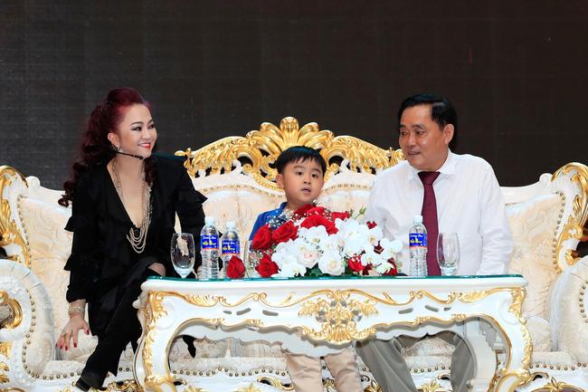 Từ lâu bà Phương Hằng - vợ ông Dũng lò vôi đã chọn người thừa kế khối tài sản khổng lồ, cậu bé khi ấy mới tròn 1 tuổi và lý do đằng sau khiến ai cũng bất ngờ-9