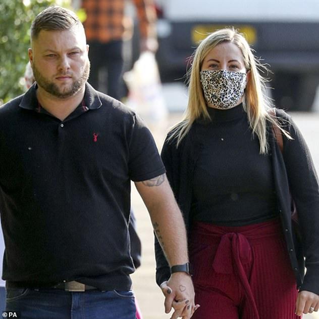Kết cục đắng ngắt dành cho nữ giáo viên quan hệ với nam sinh 15 tuổi nhiều lần trong xe hơi, người chồng cúi gằm mặt xấu hổ rời khỏi tòa án-2