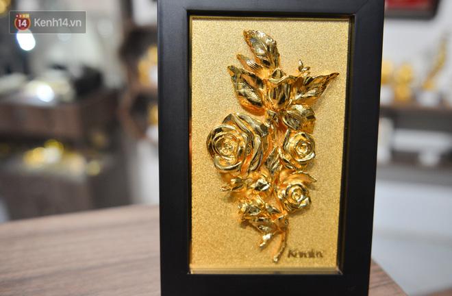 Cận cảnh hoa hồng đúc vàng giá 330 triệu đồng được đại gia Hải Phòng mua làm quà tặng ngày 8/3-10