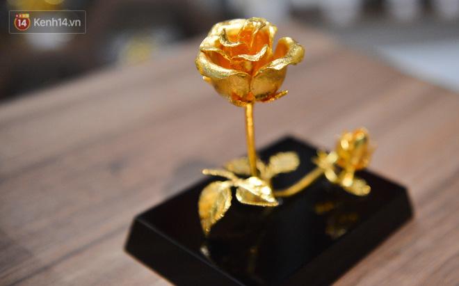 Cận cảnh hoa hồng đúc vàng giá 330 triệu đồng được đại gia Hải Phòng mua làm quà tặng ngày 8/3-13