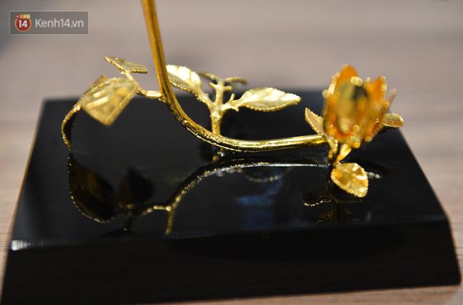 Cận cảnh hoa hồng đúc vàng giá 330 triệu đồng được đại gia Hải Phòng mua làm quà tặng ngày 8/3-15