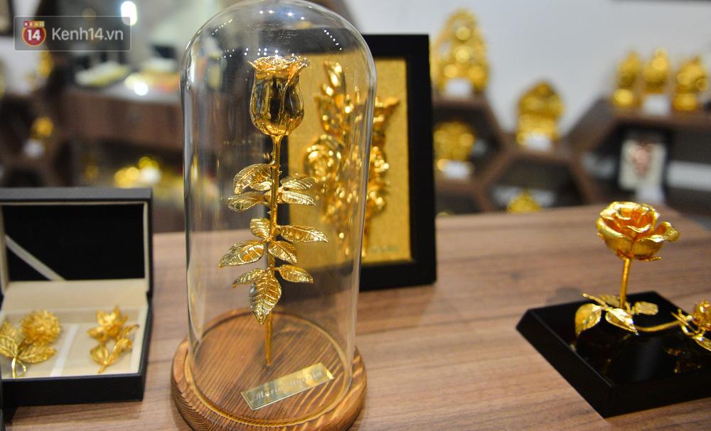Cận cảnh hoa hồng đúc vàng giá 330 triệu đồng được đại gia Hải Phòng mua làm quà tặng ngày 8/3-18