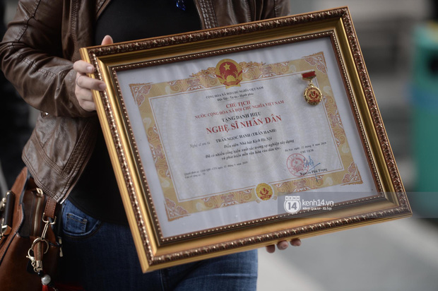 Tang lễ cố NSND Trần Hạnh: Gia quyến bật khóc, NS Công Lý và dàn nghệ sĩ ngậm ngùi tiễn biệt người quá cố-23