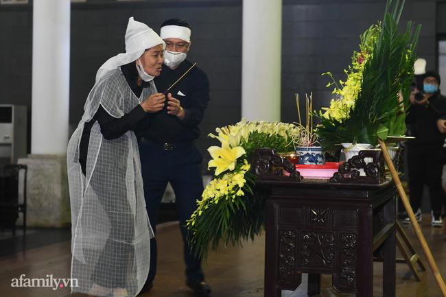 Tang lễ cố NSND Trần Hạnh: Gia quyến bật khóc, NS Công Lý và dàn nghệ sĩ ngậm ngùi tiễn biệt người quá cố-16