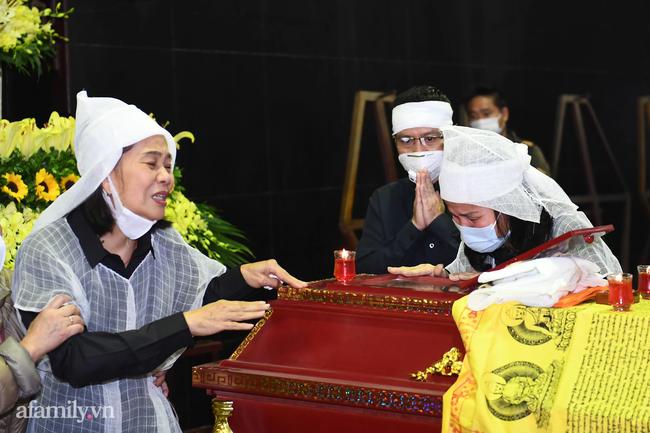 Tang lễ cố NSND Trần Hạnh: Gia quyến bật khóc, NS Công Lý và dàn nghệ sĩ ngậm ngùi tiễn biệt người quá cố-17