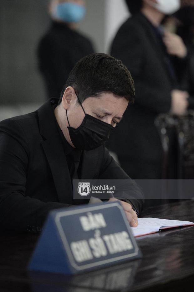 Tang lễ cố NSND Trần Hạnh: Gia quyến bật khóc, NS Công Lý và dàn nghệ sĩ ngậm ngùi tiễn biệt người quá cố-9