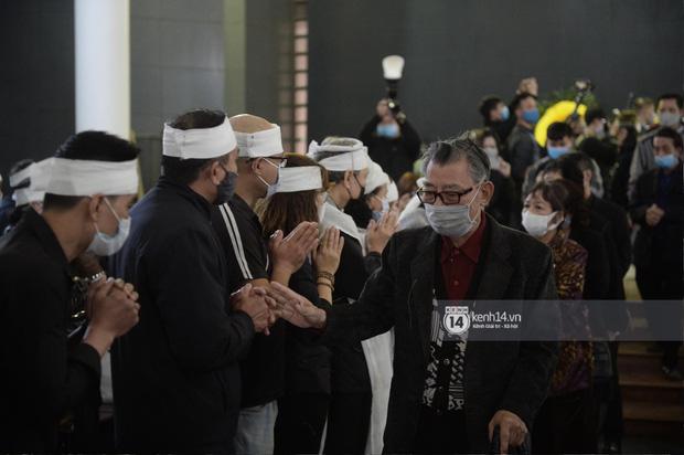 Tang lễ cố NSND Trần Hạnh: Gia quyến bật khóc, NS Công Lý và dàn nghệ sĩ ngậm ngùi tiễn biệt người quá cố-11