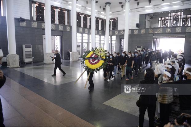Tang lễ cố NSND Trần Hạnh: Gia quyến bật khóc, NS Công Lý và dàn nghệ sĩ ngậm ngùi tiễn biệt người quá cố-10