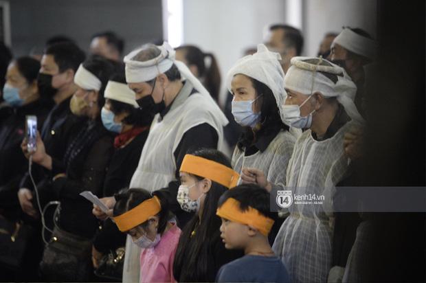 Tang lễ cố NSND Trần Hạnh: Gia quyến bật khóc, NS Công Lý và dàn nghệ sĩ ngậm ngùi tiễn biệt người quá cố-7