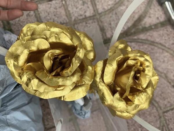 Xuất hiện hoa hồng mạ vàng giá chỉ 10.000 đồng/bông-3