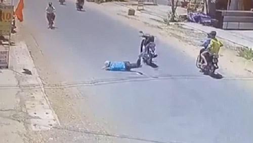 Nam thanh niên ngã văng xuống đường, lồm cồm bò dậy thì không thấy xe đâu, dân mạng xem kỹ clip mới thấy-1