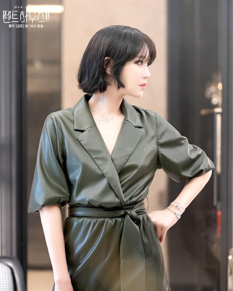 Lee Ji Ah tái xuất Penthouse 2 với mái tóc ngắn: Độ sang xịn lên một tầm cao mới, trẻ và chất đến độ không ai nghĩ đã 43 tuổi-3