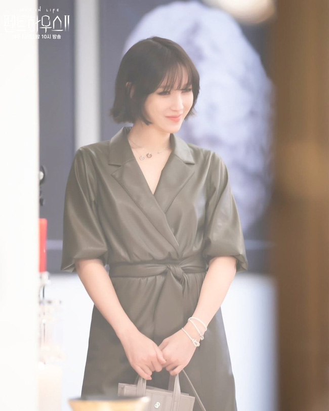 Lee Ji Ah tái xuất Penthouse 2 với mái tóc ngắn: Độ sang xịn lên một tầm cao mới, trẻ và chất đến độ không ai nghĩ đã 43 tuổi-6