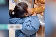 Phát hiện bé gái lén ăn vụng chiếc bánh mỳ trong cửa hàng, ông chủ quán chỉ nói đúng 1 câu nhưng ai cũng thầm khâm phục