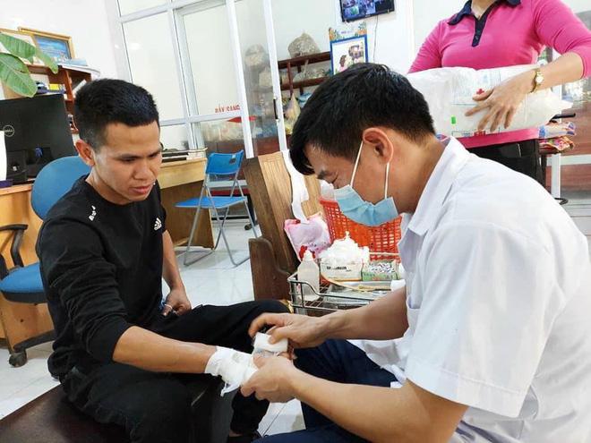 Người hùng Nguyễn Ngọc Mạnh bị rạn xương ngón tay, chưa bắt đầu công việc bình thường-2