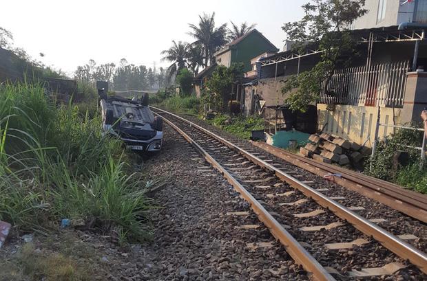 Ô tô vượt gác chắn tàu hỏa, 3 người trong gia đình thương vong-2