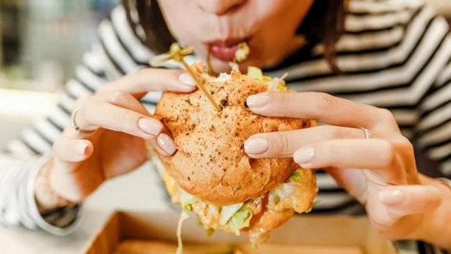 Ăn quá nhiều khiến người đàn ông nôn ra máu, cảnh báo ăn uống quá độ có thể giết bạn bất cứ lúc nào-3