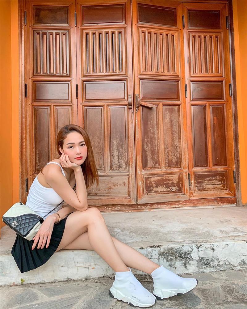 Minh Hằng hay diện chân váy ngắn hack dáng, hack tuổi nhưng có vài kiểu nàng 30+ học theo dễ thành cưa sừng làm nghé-3