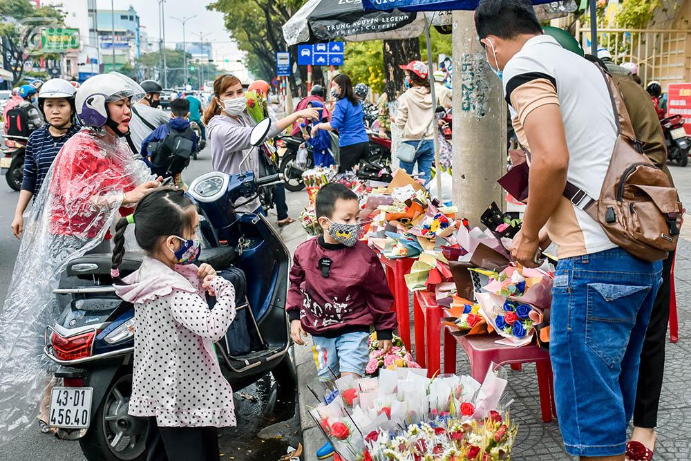 Hàng hoa cá kiếm tiền triệu trong ngày 8/3, các mặt hàng ăn theo bị ngó lơ-1