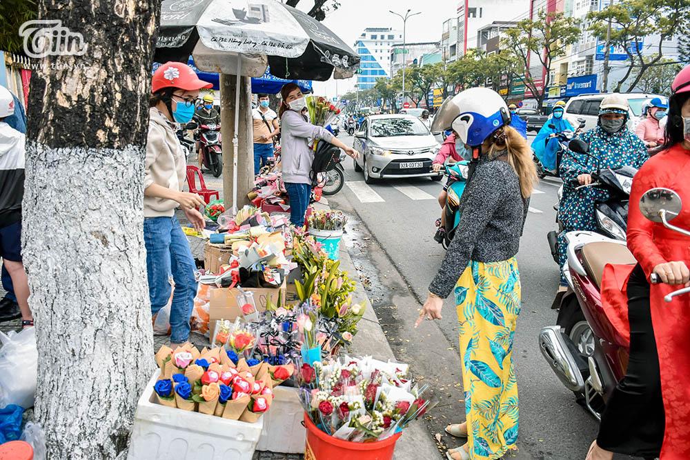 Hàng hoa cá kiếm tiền triệu trong ngày 8/3, các mặt hàng ăn theo bị ngó lơ-2