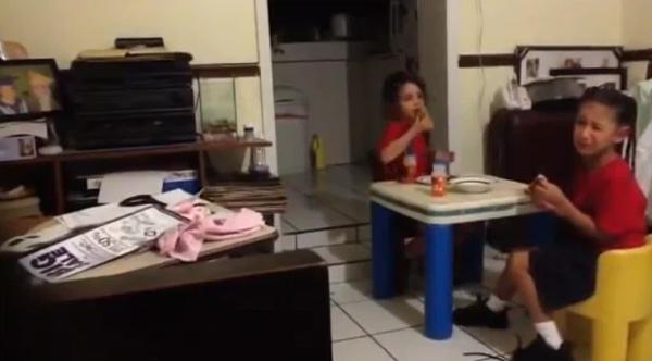 Hoảng hồn nghe 2 bé gái hét thất thanh rồi bỏ chạy khi nhìn thấy bóng ma vô hình ngay trong bếp nhà mình-1