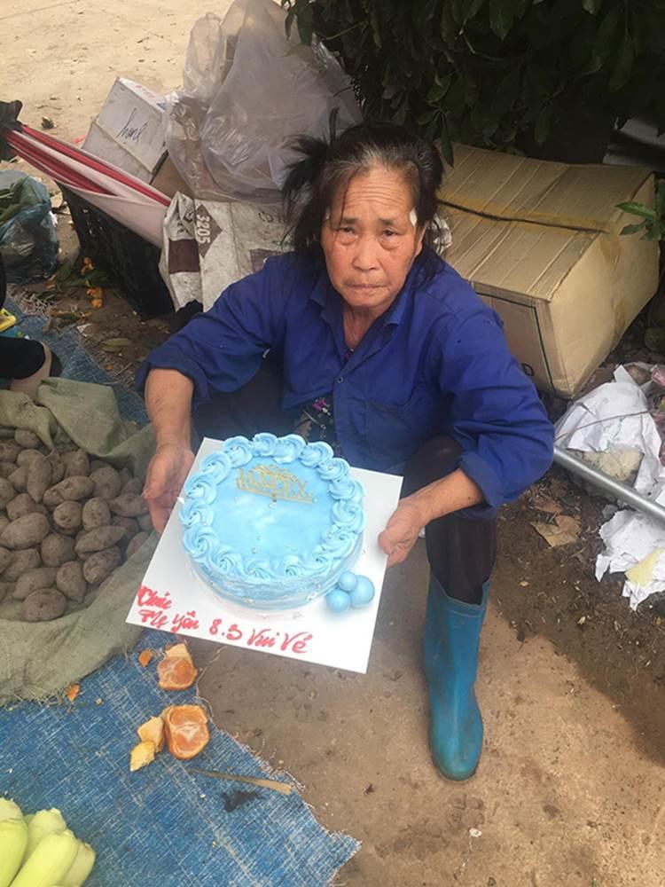 Khoảnh khắc xúc động nhất ngày 8/3: Người mẹ già tần tảo nhận bánh kem từ con trai với lời chúc mừng chưa bao giờ nói ra-2
