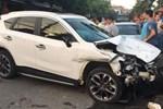 Khoảnh khắc tài xế mở cửa bất cẩn gây tai nạn-1