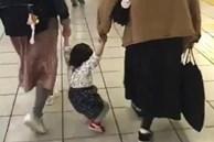 Em bé đòi bế vì lười đi, người mẹ phớt lờ rồi làm hành động này, kết quả sau đó khiến ai cũng ngạc nhiên