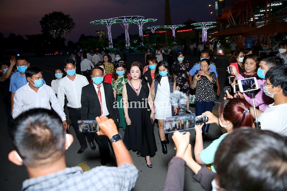 Vợ chồng Dũng lò vôi lần đầu xuất hiện trước công chúng sau vụ tố thần y lừa đảo, hàng trăm người vây quanh, đi bộ bình thản vào dự tiệc-6