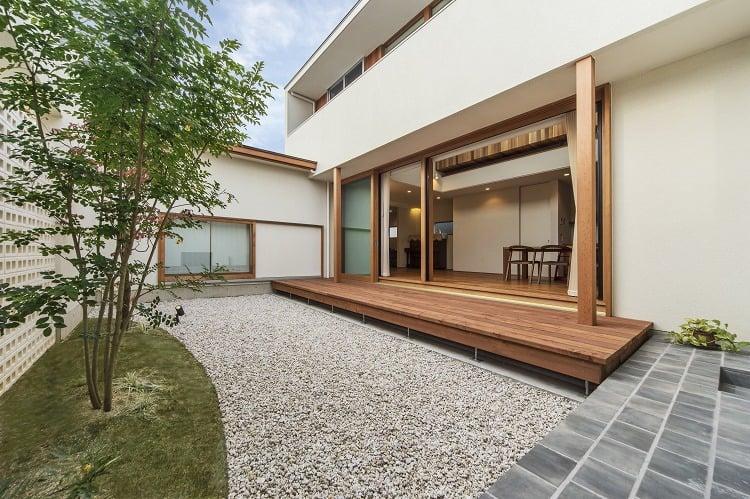 Nhà 2 tầng đẹp hoàn hảo từ trong ra ngoài, mặt tiền rộng, thiết kế ấn tượng, lại thêm sân vườn nhìn là mê-10