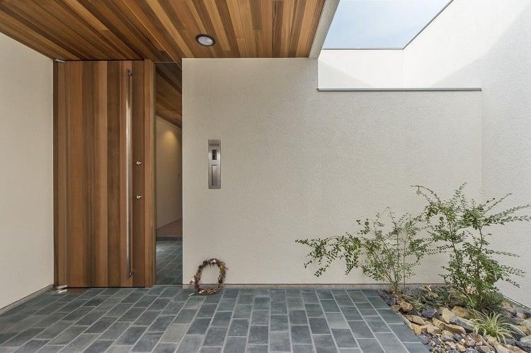 Nhà 2 tầng đẹp hoàn hảo từ trong ra ngoài, mặt tiền rộng, thiết kế ấn tượng, lại thêm sân vườn nhìn là mê-14