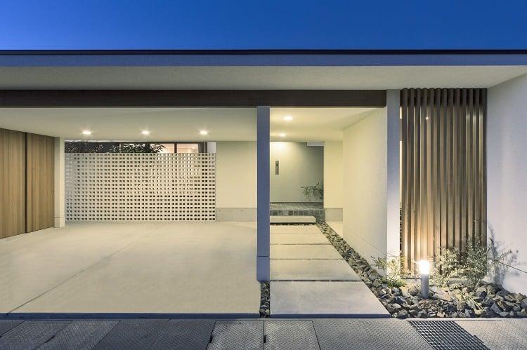 Nhà 2 tầng đẹp hoàn hảo từ trong ra ngoài, mặt tiền rộng, thiết kế ấn tượng, lại thêm sân vườn nhìn là mê-2