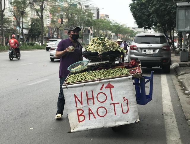 Đẩy xe nhót xanh bán dọc đường, tiểu thương kiếm tiền triệu mỗi ngày-1