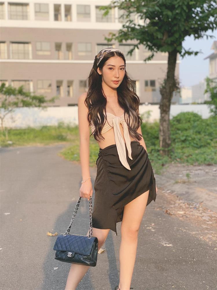 Nối gót Ngọc Trinh, Khổng Tú Quỳnh diện áo bikini xuống phố-4