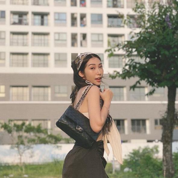 Nối gót Ngọc Trinh, Khổng Tú Quỳnh diện áo bikini xuống phố-3