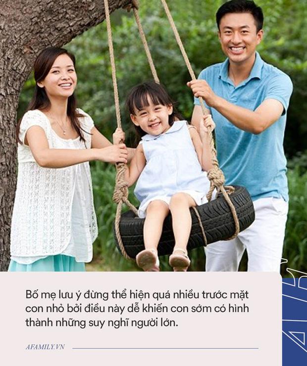 Mặc dù con nhỏ đang nằm cạnh, cặp vợ chồng vẫn thản nhiên đắp chăn làm chuyện nhạy cảm, phớt lờ những ảnh hưởng xấu tới con-4