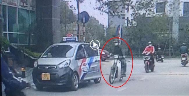 Clip: Tài xế ô tô mở cửa thiếu quan sát khiến thanh niên đi xe máy ngã văng xuống đường-1