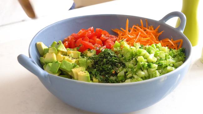 Salad 7 sắc cầu vồng giúp chị em vừa no bụng, vừa sướng mắt: Không muốn tăng cân thì bữa tối cứ chén ngay 1 bát này!-1
