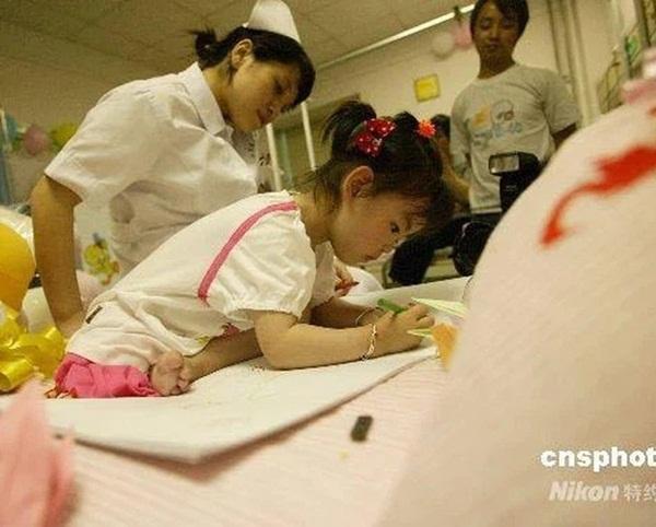 Bé gái 3 tuổi thoát chết kỳ diệu trong trận động đất thảm khốc ở Trung Quốc và hành trình trưởng thành khó tin của thiên thần một chân-3