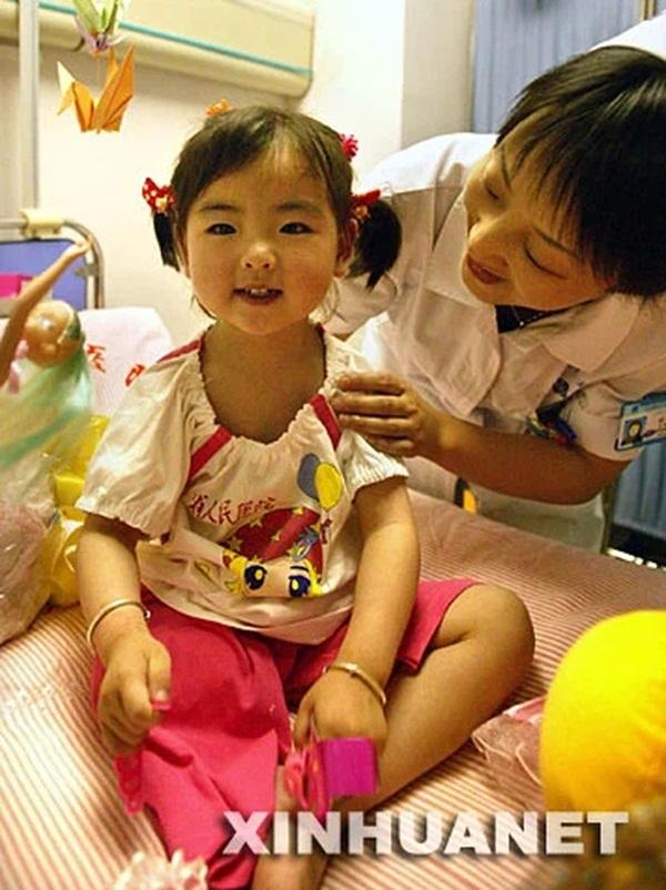 Bé gái 3 tuổi thoát chết kỳ diệu trong trận động đất thảm khốc ở Trung Quốc và hành trình trưởng thành khó tin của thiên thần một chân-4