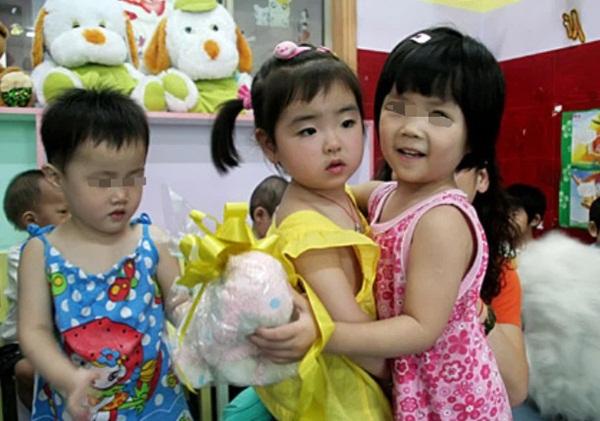 Bé gái 3 tuổi thoát chết kỳ diệu trong trận động đất thảm khốc ở Trung Quốc và hành trình trưởng thành khó tin của thiên thần một chân-6