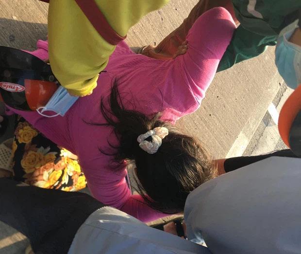 TP.HCM: Cha bị xe container cán tử vong, con gái đến hiện trường ôm thi thể khóc ngất-2