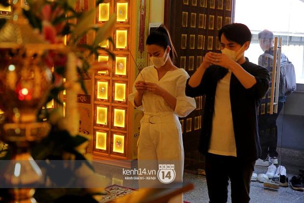 Đông Nhi - Ông Cao Thắng đứng thất thần sau lễ viếng chuyên gia trang điểm Minh Lộc, đôi mắt đỏ hoe nhìn mà xót xa-3