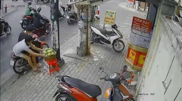 Phẫn nộ clip 3 thanh niên chôm cả rổ xoài của người bán hàng rong ở Sài Gòn rồi phóng xe mất hút-2