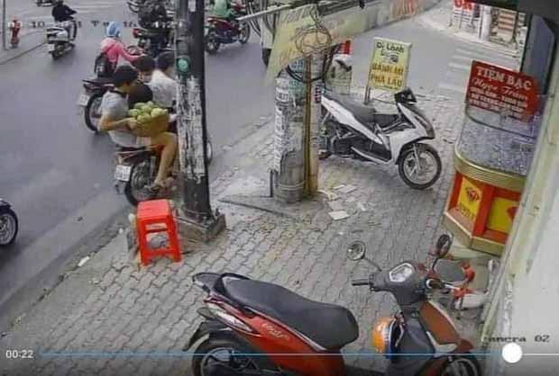 Phẫn nộ clip 3 thanh niên chôm cả rổ xoài của người bán hàng rong ở Sài Gòn rồi phóng xe mất hút-3