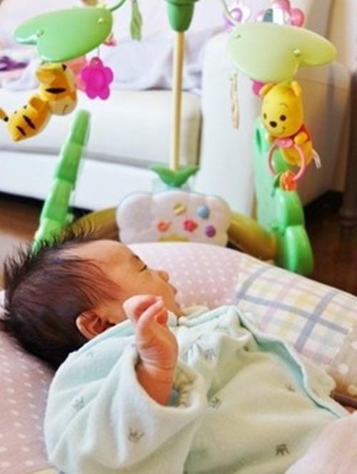 Những hành vi quen thuộc cha mẹ vẫn vô tư làm cho con hóa ra sẽ làm tổn thương mắt của trẻ, hãy dừng lại khi chưa quá muộn-4