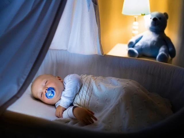 Những hành vi quen thuộc cha mẹ vẫn vô tư làm cho con hóa ra sẽ làm tổn thương mắt của trẻ, hãy dừng lại khi chưa quá muộn-5