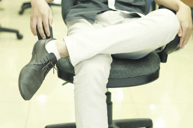 Chàng thanh niên 30 tuổi phải vào viện cấp cứu, bác sĩ cảnh báo một kiểu ngồi rất nguy hiểm-3