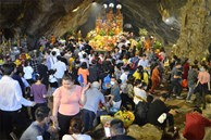 Hàng vạn người đổ về chùa Hương trong ngày mở cửa trở lại, người lái đò phấn khởi: 'Hôm nay Tết mới chính thức bắt đầu'