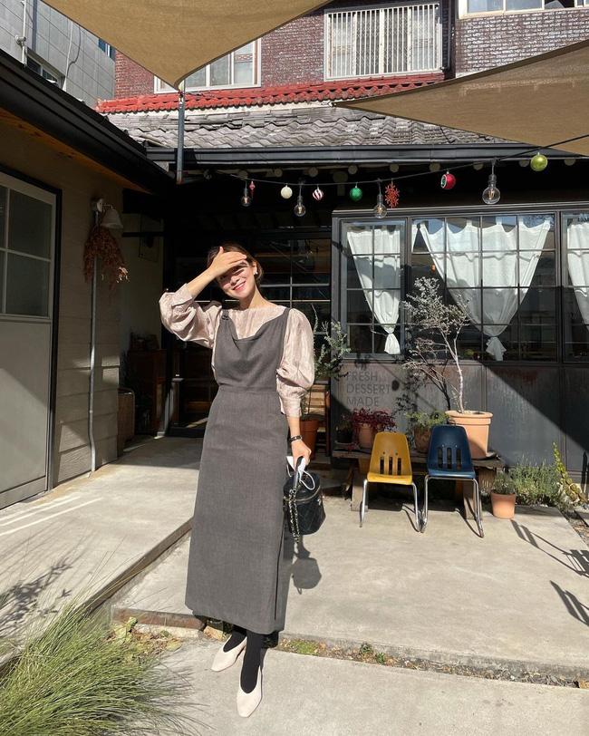 12 cách mặc váy hai dây + áo dài tay hợp mùa Xuân, chị em áp dụng đảm bảo trẻ đẹp mọi lúc mọi nơi-11
